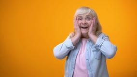 Alegre sorprendió a la señora mayor satisfecha con noticias, descuentos y venta del día de fiesta almacen de video
