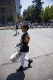 Alegria do menino do baterista de ser parada católica, Santiago Imagens de Stock Royalty Free
