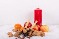Alegria do Natal com a quebra-nozes pela luz de vela Imagens de Stock