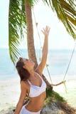 Alegria do verão sob a palmeira fotos de stock