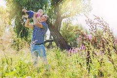 Alegria feliz da família do paizinho e da filha na natureza Fotos de Stock Royalty Free