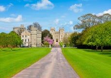 Aleia ao castelo de Windsor na mola, subúrbios de Londres, Reino Unido imagens de stock
