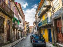 Aleia brilhante e colorida original em Porto Portugal imagens de stock royalty free