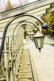 Aleia com as lanternas na mola imagens de stock royalty free