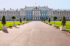 Aleia do pátio principal e a fachada ocidental do grande palácio do ` s de Catherine em Tsarskoye Selo Pushkin, Rússia Fotografia de Stock