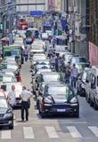 A aleia embalou com os carros de espera para a luz verde, Shanghai, China fotos de stock
