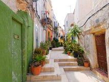 Aleia estreita bonita na cidade velha de Alicante spain foto de stock