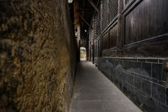 Aleia estreita entre a parede de terra e a mansão chinesa antiga fotografia de stock