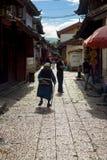 Aleia madura da mulher de Naxi da cidade velha de Lijiang China Imagem de Stock Royalty Free