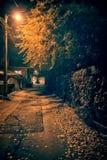 Aleia urbana do centro da rua da cidade do vintage escuro e assustador na noite fotografia de stock royalty free