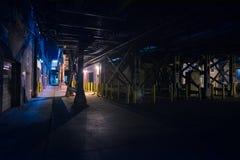 Aleia urbana do centro escura e assustador da rua da cidade na noite foto de stock