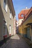 Aleia vazia na cidade velha em Tallinn Foto de Stock Royalty Free
