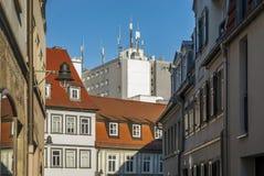 Aleia velha da cidade com negócio moderno renovado do fundo das casas Imagem de Stock Royalty Free