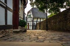 Aleia velha da pedra, casas metade-suportadas à esquerda e uma parede de pedra exatamente a borda da imagem, Hattingen imagem de stock royalty free