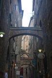 Aleia velha na cidade velha de Volterra em Itália com arco de pedra fotos de stock royalty free