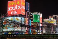 Aleja pełno znaki i taborowi poręcze w Kabukicho neonowi i podwyższoni, Tokio fotografia royalty free
