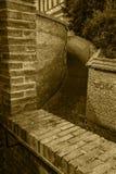 ALEJA SKŁADAĆ SIĘ Z ściana z cegieł Zdjęcia Stock
