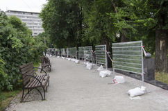 Aleja w parku z ławkami i fechtunek naprawami Zdjęcia Stock