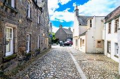 Aleja z dziejowymi budynkami w Culross Szkocja Zdjęcia Stock
