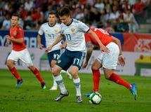 Aleksandr Golovin przeciw Austriackiemu zawodnikowi środka pola Peter Zulj Obrazy Royalty Free