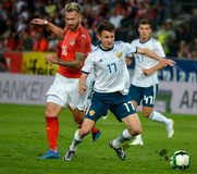Aleksandr Golovin przeciw Austriackiemu zawodnikowi środka pola Peter Zulj obraz stock