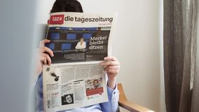 Alemán muere la elección del periódico del tageszeitung en la lectura de la mujer de Alemania metrajes