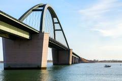 Alemão da ponte do som de Fehmarn: Fehmarnsundbruecke e um spo rápido Fotos de Stock Royalty Free