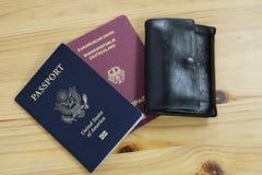 Alem?n y pasaporte de los E.E.U.U. con la cartera fotos de archivo libres de regalías