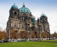 ALEMANHA, BERLIM - 2 DE OUTUBRO DE 2016: Construção de Reichstag em Berlim, Alemanha A dedicação no friso significa ao alemão Foto de Stock