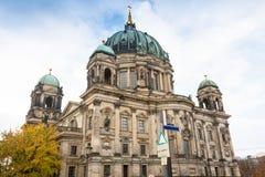 ALEMANHA, BERLIM - 2 DE OUTUBRO DE 2016: Construção de Reichstag em Berlim, Alemanha A dedicação no friso significa ao alemão Fotos de Stock