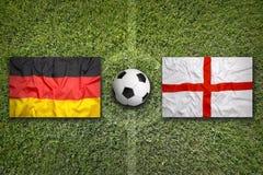 Alemanha contra Bandeiras de Inglaterra no campo de futebol Fotos de Stock