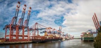 Alemanha Hamburgo Burchardkai com o céu nebuloso azul no fundo imagem de stock royalty free