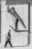 Alemanha, Regensburg, o 17 de março de 2017, fotografia da rua de uma mulher adulta sob uma escultura do ferryman em regensburg fotografia de stock royalty free