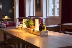 Alemania Berlín, restaurante italiano, restaurante de la comida fría, moda moderna elegante y caliente del diseño interior, es mu fotografía de archivo libre de regalías