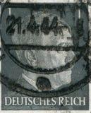 ALEMANIA - CIRCA 1942: Un sello impreso en Alemania muestra el retrato de Adolf Hitler, circa 1942 Foto de archivo
