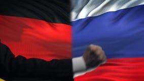 Alemania contra el desacuerdo de los países de la confrontación de Rusia, puños en fondo de la bandera almacen de video