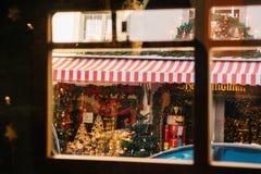 Alemania, der Tauber del ob de Rothenburg, el 30 de diciembre de 2017: El cascanueces Una foto elegante hecha a través de la vent Fotos de archivo libres de regalías