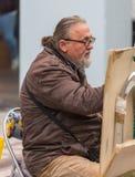 ALEMANIA, FRANCFORT: 12 de diciembre de 2016 - artista público del pintor o de la calle que bosqueja un retrato al aire libre Fotos de archivo