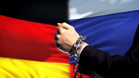 Alemania sanciona Rusia, el conflicto encadenado de los brazos, político o económico, prohibición foto de archivo libre de regalías
