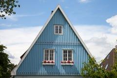 Alemania, Schleswig-Holstein, casa, fachada azul, aguilón fotografía de archivo