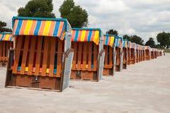 Alemania, Schleswig-Holstein, mar Báltico, sillas de playa cerradas en Fotos de archivo