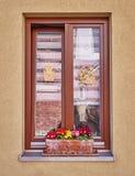 Alemania, ventana del marco de madera con las flores en la pared marrón clara imágenes de archivo libres de regalías