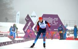 Alena Kaufman (Rusia) compite en los juegos de Paralympic del invierno en Sochi fotografía de archivo libre de regalías