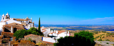 Alentejo krajobraz - Monsaraz kasztelu wioska, Alqueva jezioro Fotografia Stock