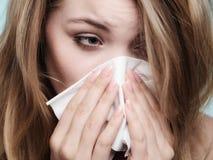 Alergia da gripe Menina doente que espirra no tecido saúde Foto de Stock Royalty Free