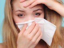 Alergia da gripe Menina doente que espirra no tecido saúde fotos de stock
