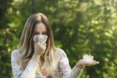 Alergia de sofrimento do pólen da mola da jovem mulher foto de stock royalty free