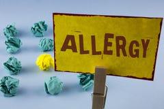 Alergia del texto de la escritura de la palabra El concepto del negocio para los daños en la inmunidad debido a la hipersensibili imagenes de archivo