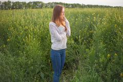 Alergia do pólen, menina que espirra em um campo da colza das flores Fotos de Stock