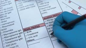 Alergia, doktorska sprawdza choroba w lab pustym miejscu, pokazuje próbkę krwi w tubce zdjęcie wideo